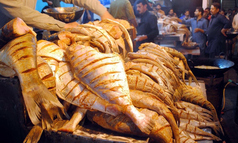 سرد موسم میں مچھلی کھانے کا اپنا ہی مزہ ہے  — فوٹو: اے پی