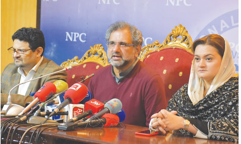 ISLAMABAD: Pakistan Muslim League-Nawaz leaders Shahid Khaqan Abbasi, Miftah Ismail and Marriyum Aurangzeb address a press conference at the National Press Club on Saturday.—Tanveer Shahzad/White Star