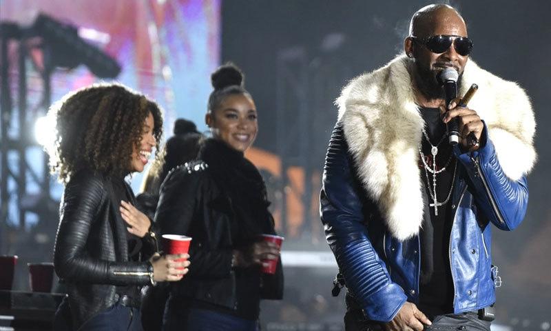 گلوکار پر زیادہ تر سیاہ فام خواتین کو نشانہ بنانے کا الزام ہے—فوٹو: ہیلو بیوٹی فل