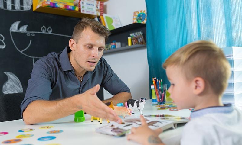 دورِ حاضر میں والدین کی ایک بڑی تعداد ہوم اسکولنگ اور خود مختار طرزِ تعلیم کی طرف مائل ہو رہی ہے—تصویر شٹر اسٹاک