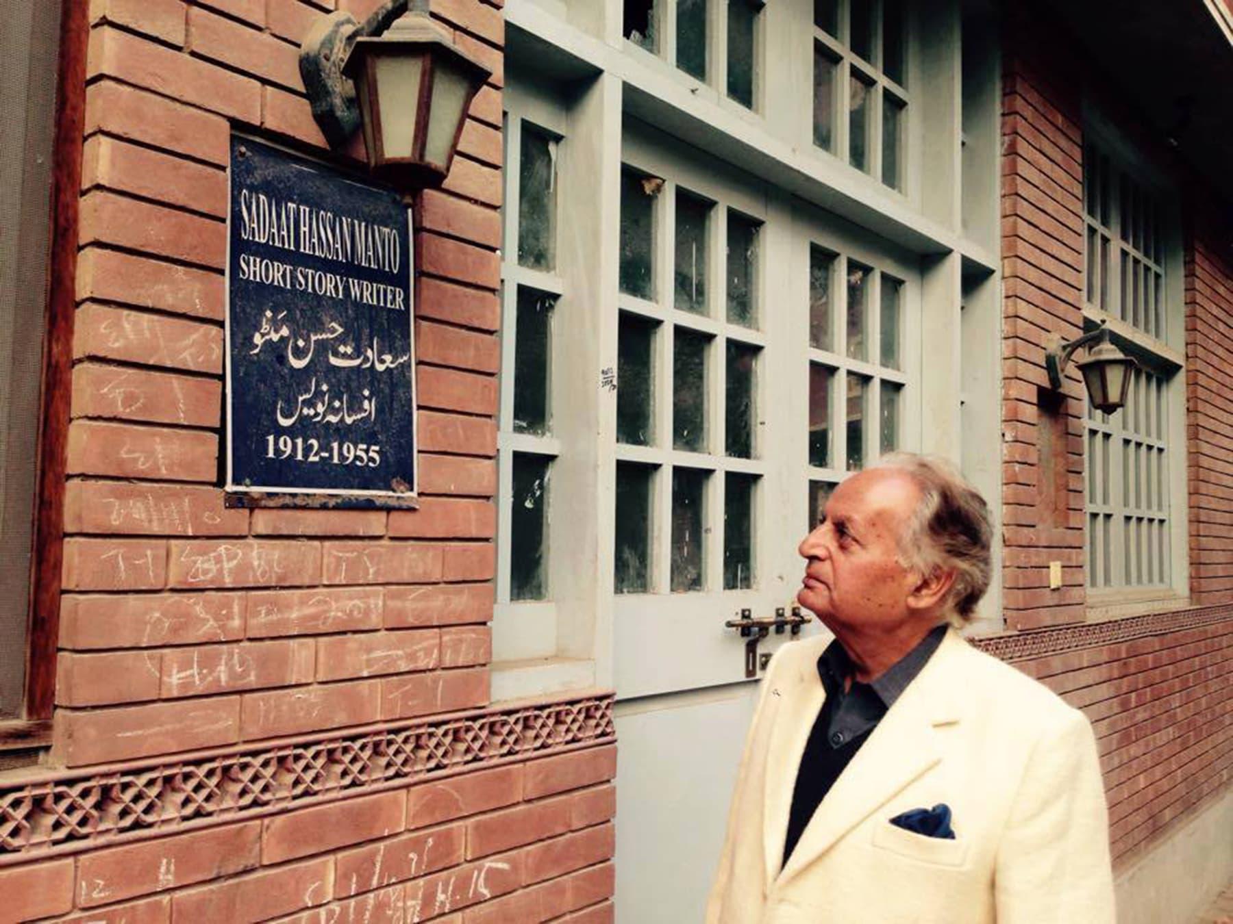 لاہور میں جب ان کی رہائش ہال روڈ پر واقع لکشمی مینشن میں تھی تو یہاں انہیں سعادت حسن منٹو، معراج خالد، خورشید شاہد اور عائشہ جلال کے پڑوسی ہونے کا موقع ملا