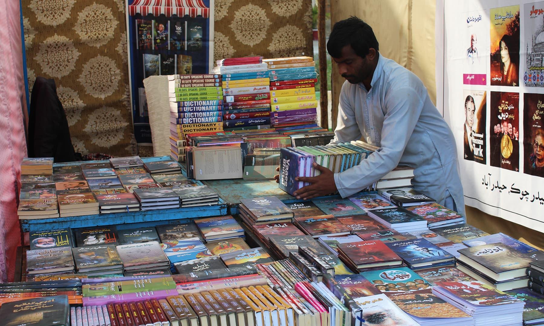 حیدرآباد لٹریچر فیسٹیول میں کتابوں کا اسٹال—تصویر اختر حفیظ