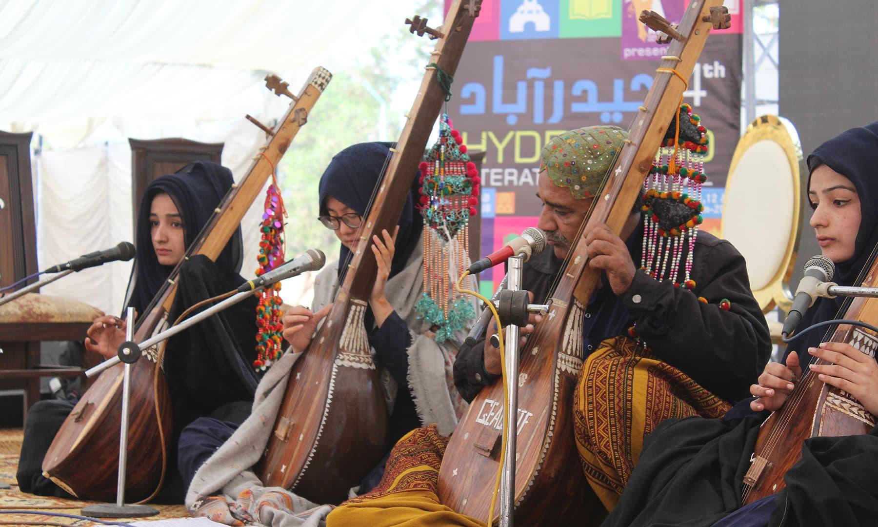 ادبی میلہ کا آغاز شاہ عبداللطیف بھٹائی کے کلام سے کیا گیا جو شاہ کی خواتین فقیروں نے پیش کیا