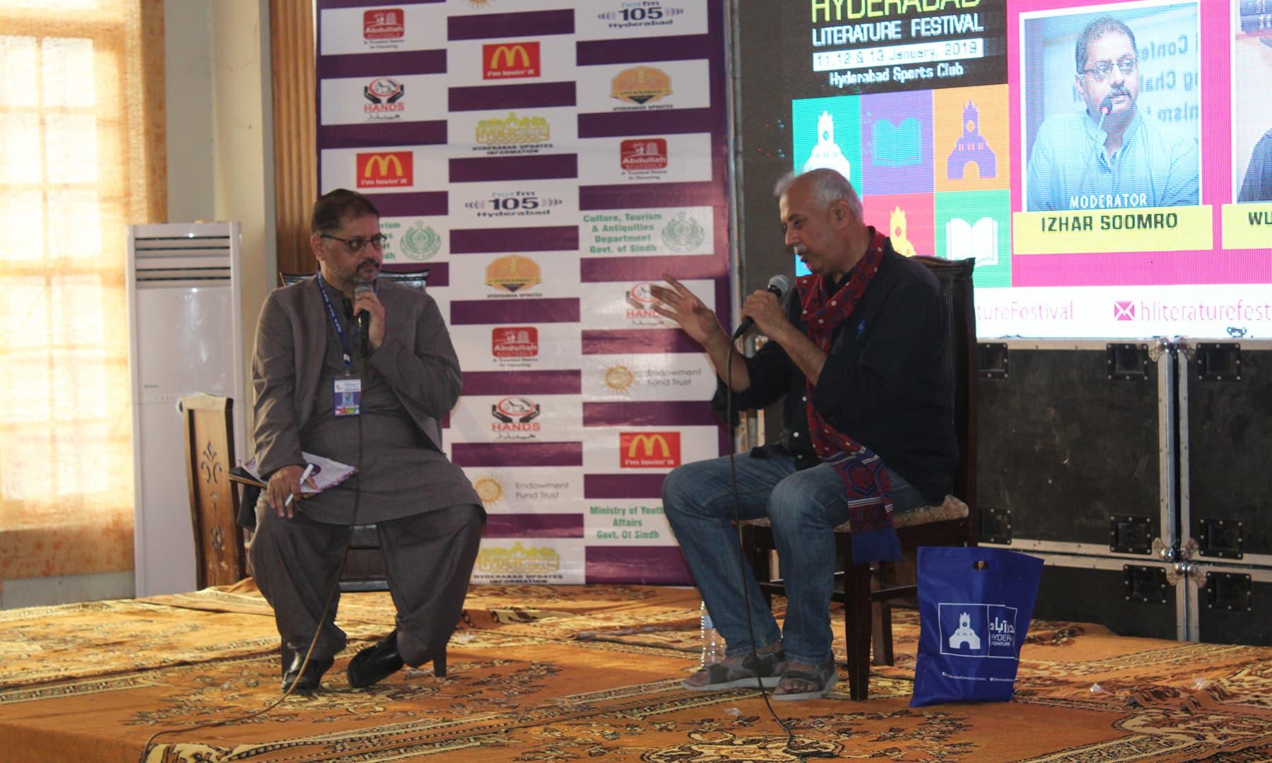 ایچ ایل ایف کی ایک نشست کے دوران وسعت اللہ خان گفتگو کر رہے ہیں—تصویر اختر حفیظ