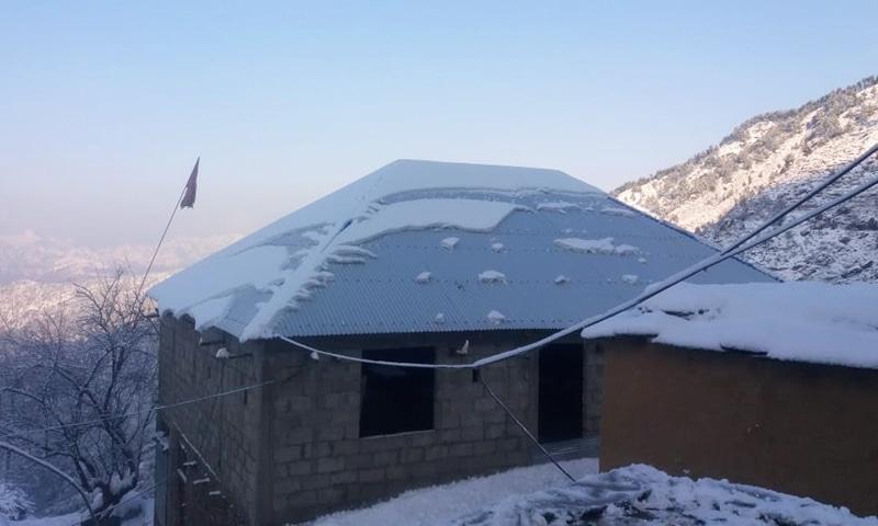 جن گھروں کی چھتیں اسٹیل کی چادریں ہوتی ہیں وہاں برف ہٹانے کی ضرورت نہیں ہوتی—تصویر نصیب یار چغرزئے
