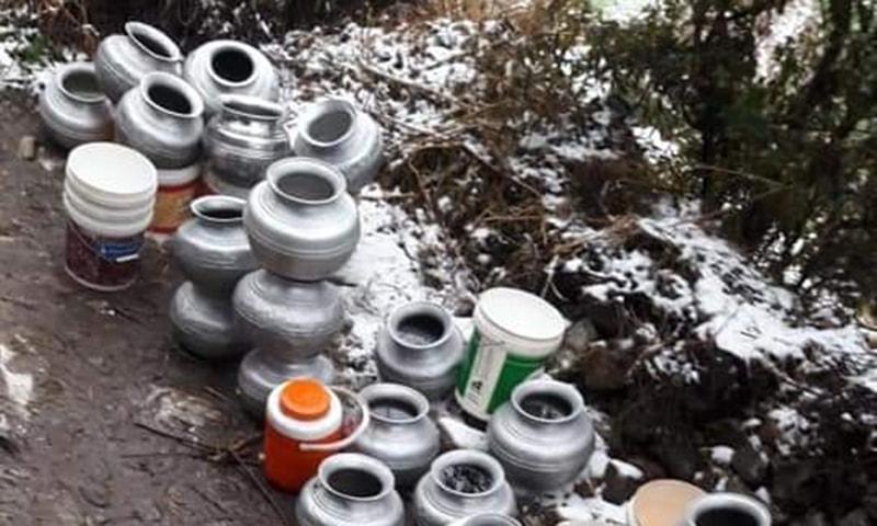 پائپ لائن جم جانے کی وجہ سے لوگوں کو سردیوں میں گھروں سے دور جاکر پانی لانا پڑتا ہے—تصویر سوشل میڈیا