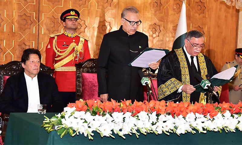 Prime Minister Imran Khan (L), President Arif Alvi (C) and Justice Asif Saeed Khan Khosa (R) at the oath-taking ceremony at Aiwan-i-Sadr. ─ Photo courtesy Government of Pakistan Twitter