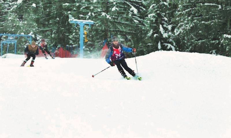 Punjab University student Arif in action during the intervarsity ski championship at PAF Ski Resort in Naltar on Friday.—APP