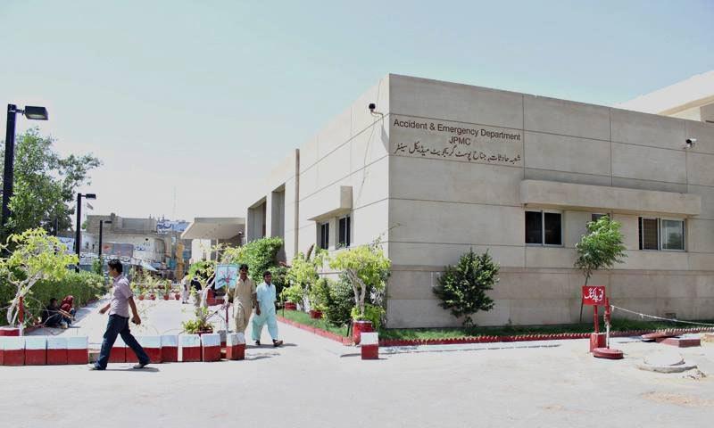 جناح ہسپتال میں بھی سندھ بھر سے زخمی افراد لائے جاتے ہیں—فوٹو: جے پی ایم سی