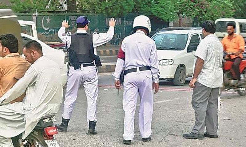 ٹریفک قوانین کی خلاف ورزی بھی حادثات کا ایک بڑا سبب ہے—فائل فوٹو: ڈان