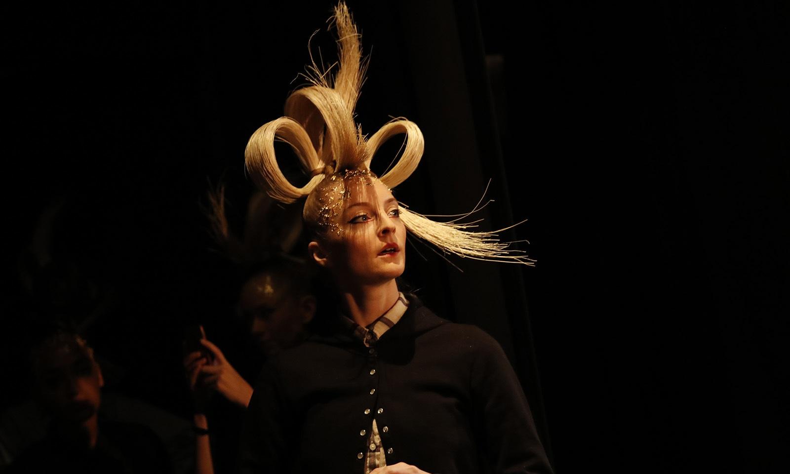 ریپ پر واک سے پہلے ماڈلز نے اپنے بالوں کے منفرد انداز بھی بنائے—فوٹو: اے پی