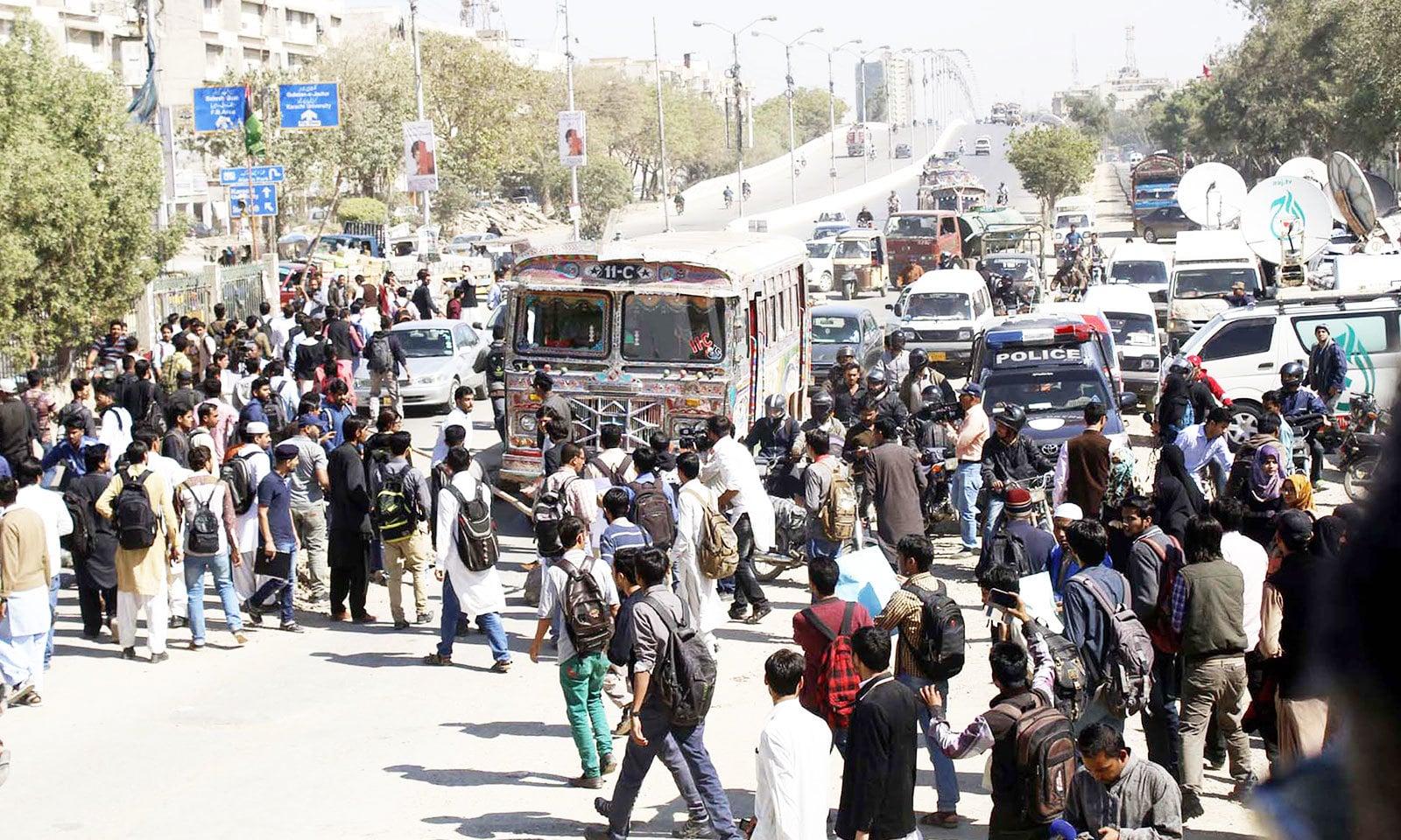 بے ہنگم ٹریفک اور شاہراہوں پر لوگوں کی جانب سے بے خوف چہل قدمی بھی مسائل پیدا کرتی ہے—فوٹو: شٹر اسٹاک
