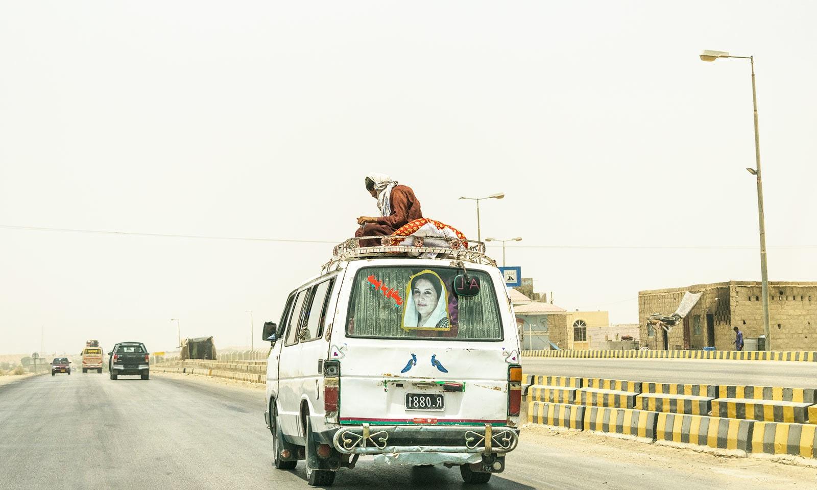 سندھ بھر میں پبلک ٹرانسپورٹ کی جانب سے قوانین کی خلاف ورزی معمول کی بات ہے—فوٹو: شٹر اسٹاک