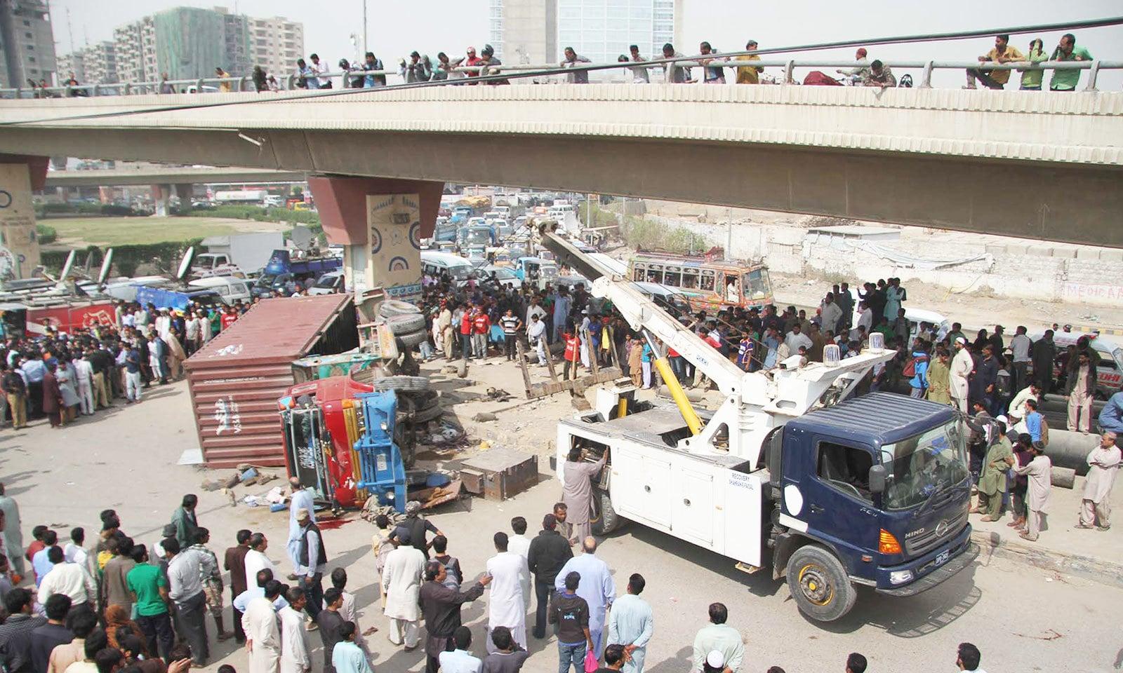 غیر تربیت یافتہ ڈرائیورز حادثات کا بڑا سبب ہیں—فوٹو: شٹر اسٹاک