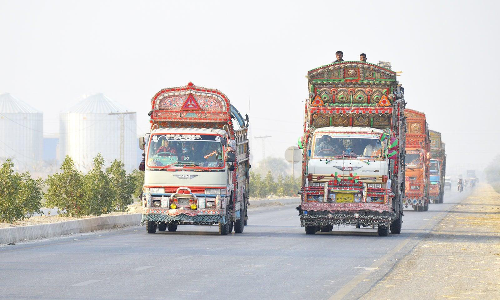 سندھ بھر کی شاہراہوں پر بھاری گاڑیوں کی بے ہنگم آمد و رفت بھی حادثات کا سبب بنتی ہے—فوٹو: غازی حسین حیدری