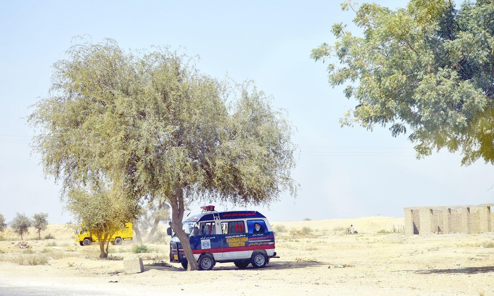 سندھ کی کئی شاہراہوں پر دور دور تک کوئی ایمرجنسی اور ریلیف سینٹر موجود نہیں—فوٹو: غازی حسین حیدری