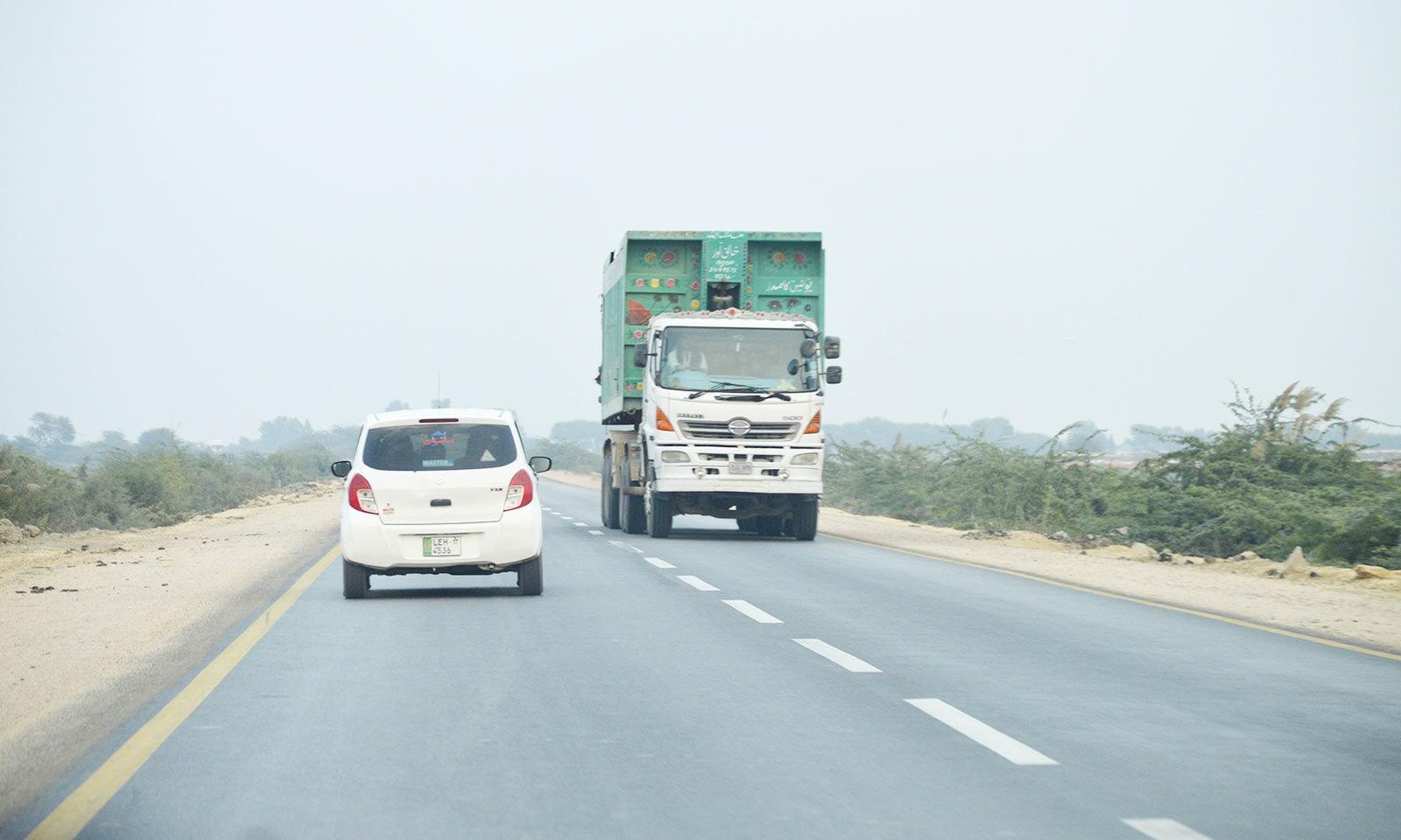 سندھ کی کئی شاہراہیں حادثات کے حوالے سے خطرناک سمجھی جاتی ہیں—فوٹو: غازی حسین حیدری