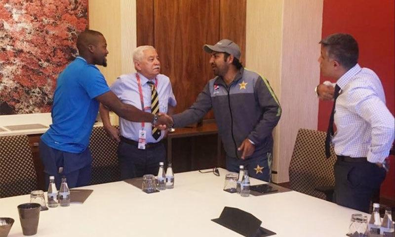 قومی ٹیم کے کپتان سرفراز احمد جنوبی افریقی آل راؤنڈر ایندائل فلکوایو سے معذرت کر رہے ہیں— تصویر بشکریہ ٹوئٹر