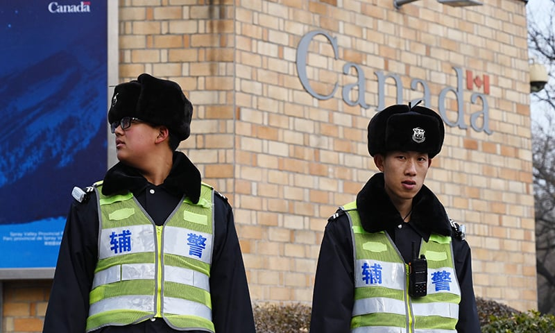 Police officers stand guard outside the Canadian embassy in Beijing on January 27, 2019. ─ AFP