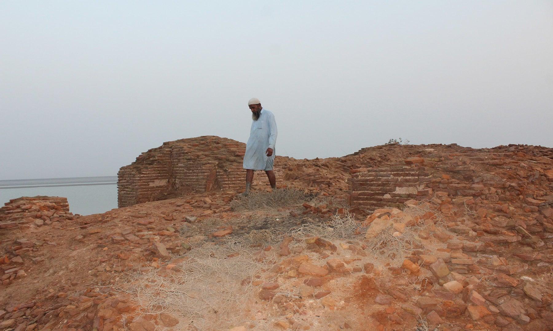 شہر پناہ کے جنوب میں ٹیکس کی کوٹھیاں—تصویر ابوبکر شیخ
