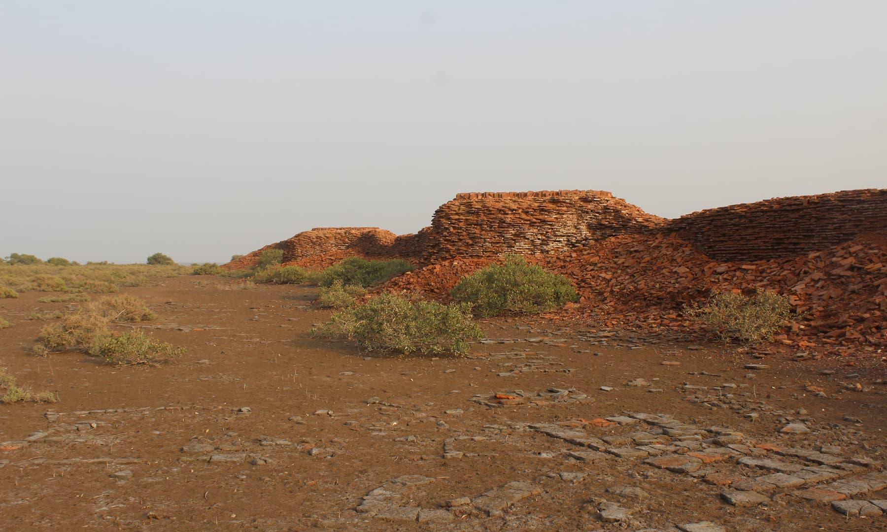 قلعے کی دیوار اور آبادی کے آثار—تصویر ابوبکر شیخ