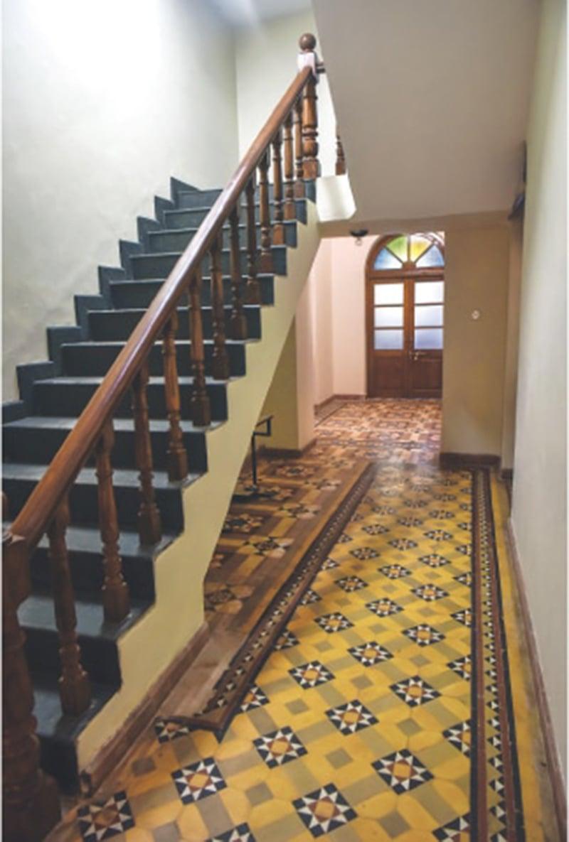 پریس کلب کی سیڑھیاں اور ٹائلوں والا فرش مرمتی کام کے بعد—فہیم صدیقی\وائٹ اسٹار
