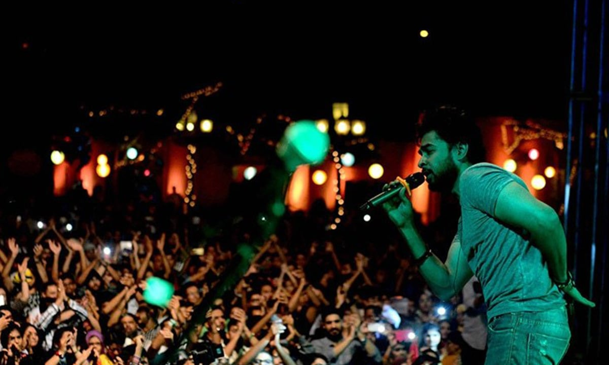 Shehzad Roy performing to a cheering crowd at the I Am Karachi music festival | PI Studios