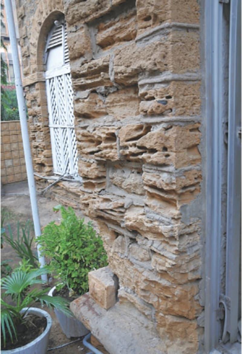 دیوار کی ٹوٹ پھوٹ عمارت کو نظرانداز کیے جانے کی کہانی سنا رہی ہے—عزیز سومرو\ای ایف ٹی