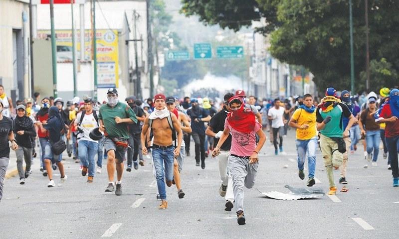 اپوزیشن سے تعلق رکھنے والے مظاہرین احتجاج کررہے ہیں