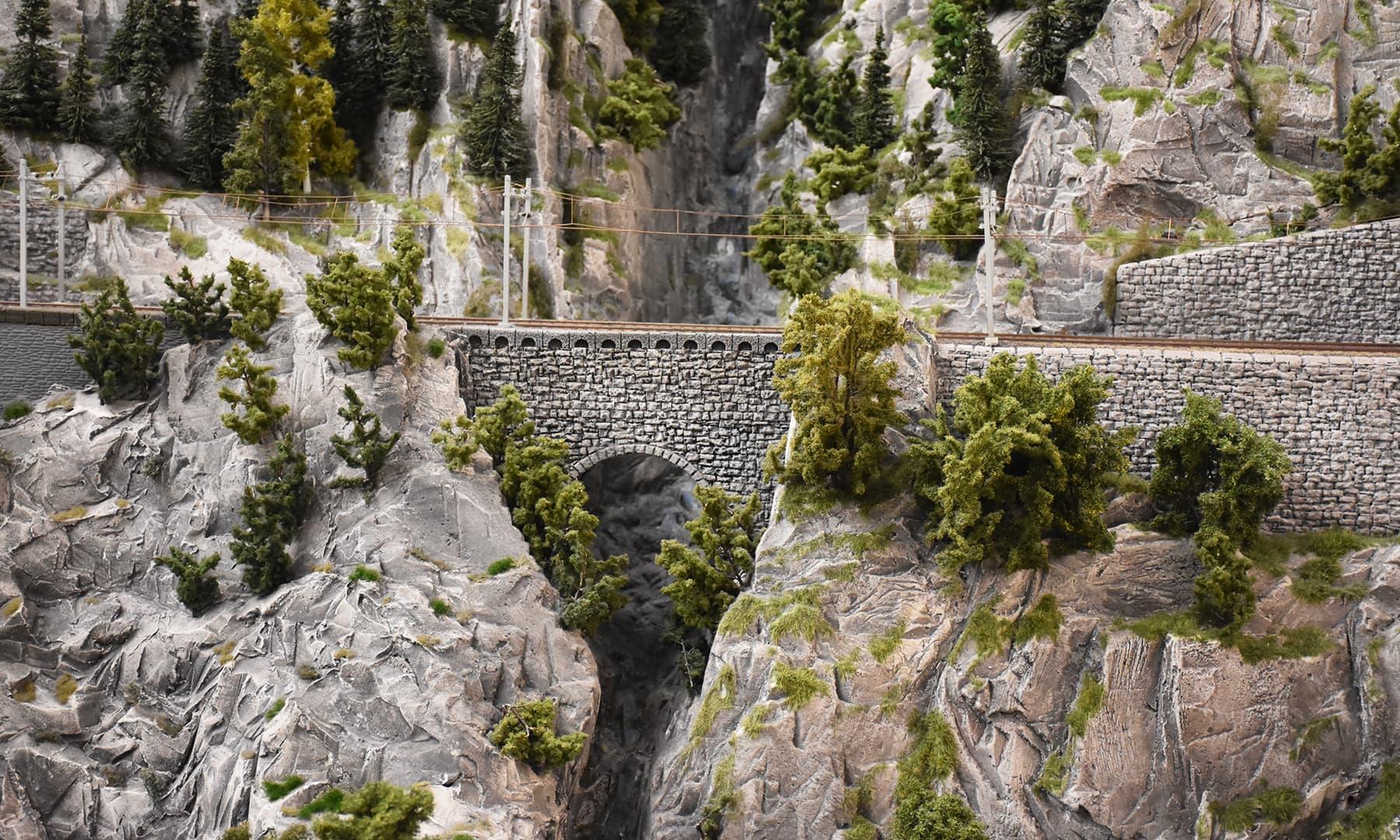پہاڑ پر بنا پل—تصویر رمضان رفیق