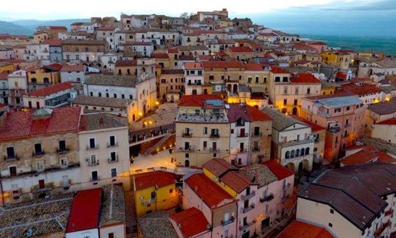 اس قصبے کا شمار اٹلی کے خوبصورت ترین مقامات میں ہوتا ہے—فوٹو: سی این این