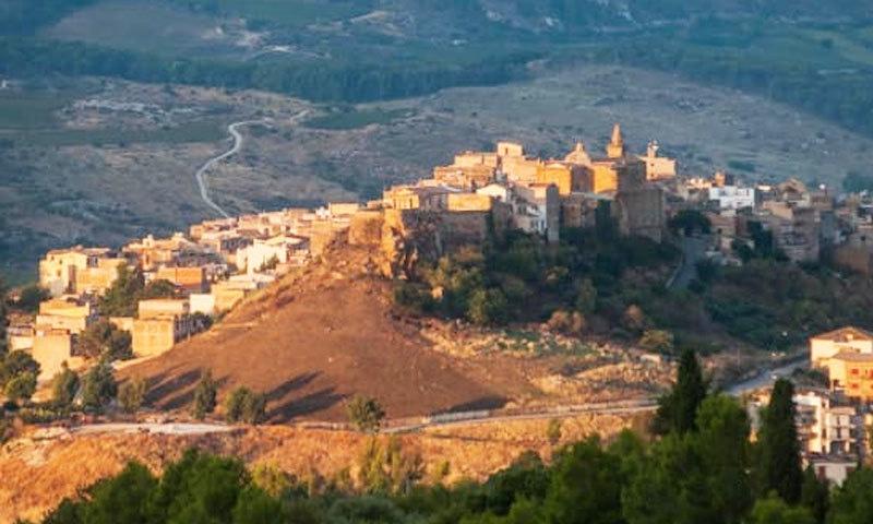 قصبہ پہاڑوں کے دامن میں واقع ہے—فوٹو: سی این این