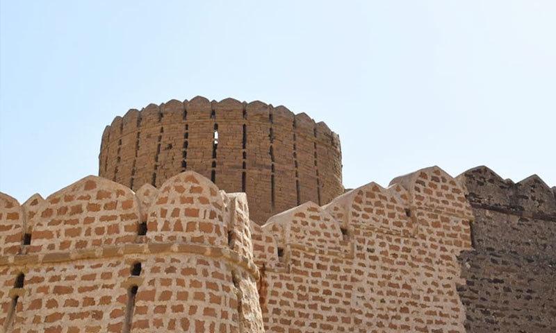 قلعے کے مرکزی گیٹ پر پہنچتے ہی سیاح سحر میں کھو جاتے ہیں—فوٹو: شجاع الدین قریشی فیس بک