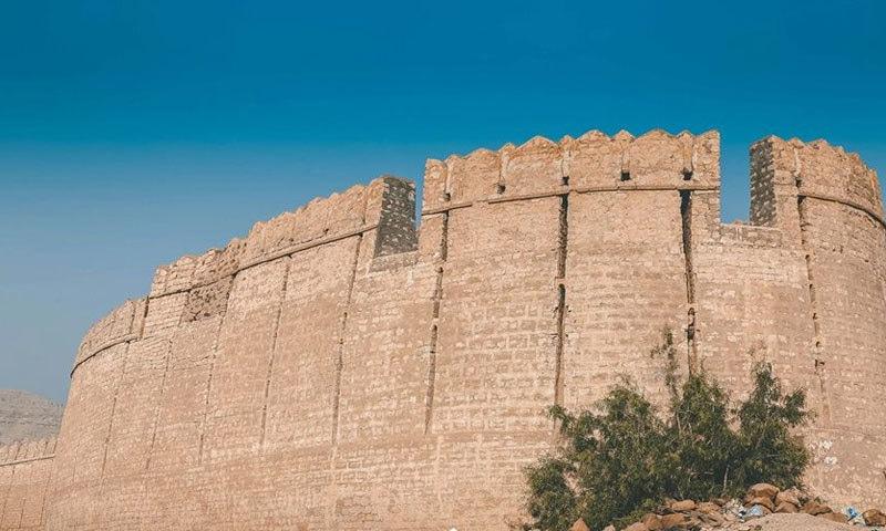 دیواروں پر جگہ جگہ واچ ٹاور بھی بنے ہوئے ہیں، جن کی دیواریں 30 فٹ تک اونچی ہیں—فوٹو: رنی کوٹ فیس بک