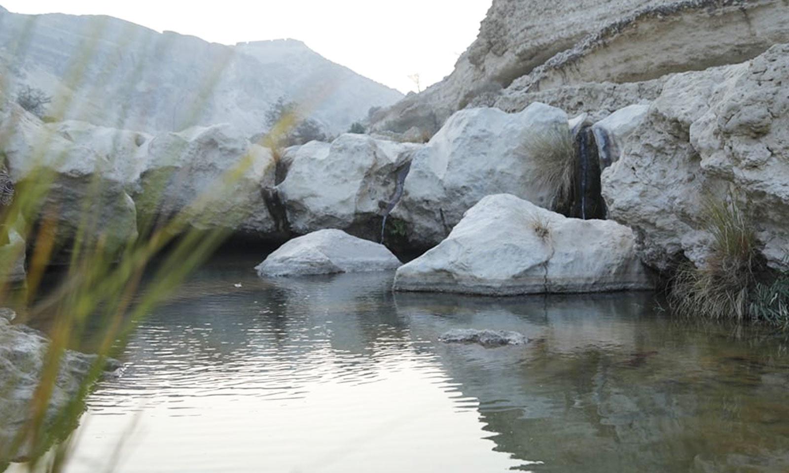 پہاڑوں کے گھیرے میں موجود اس قلعے میں پانی کا چشمہ بھی موجود ہے—فوٹو: شفقت حسین