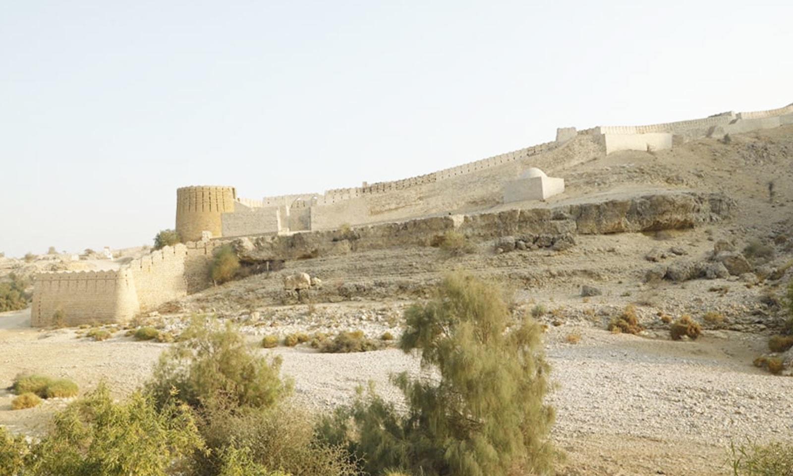 پہاڑوں کے دامن میں واقع ہونے کے باوجود قلعے کی زمین زرخیز ہے—فوٹو: شفقت حسین