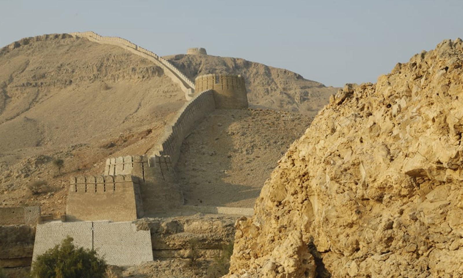 قلعے کی دیواریں اونچے پہاڑوں پر بھی بنی ہیں—فوٹو: شفقت حسین