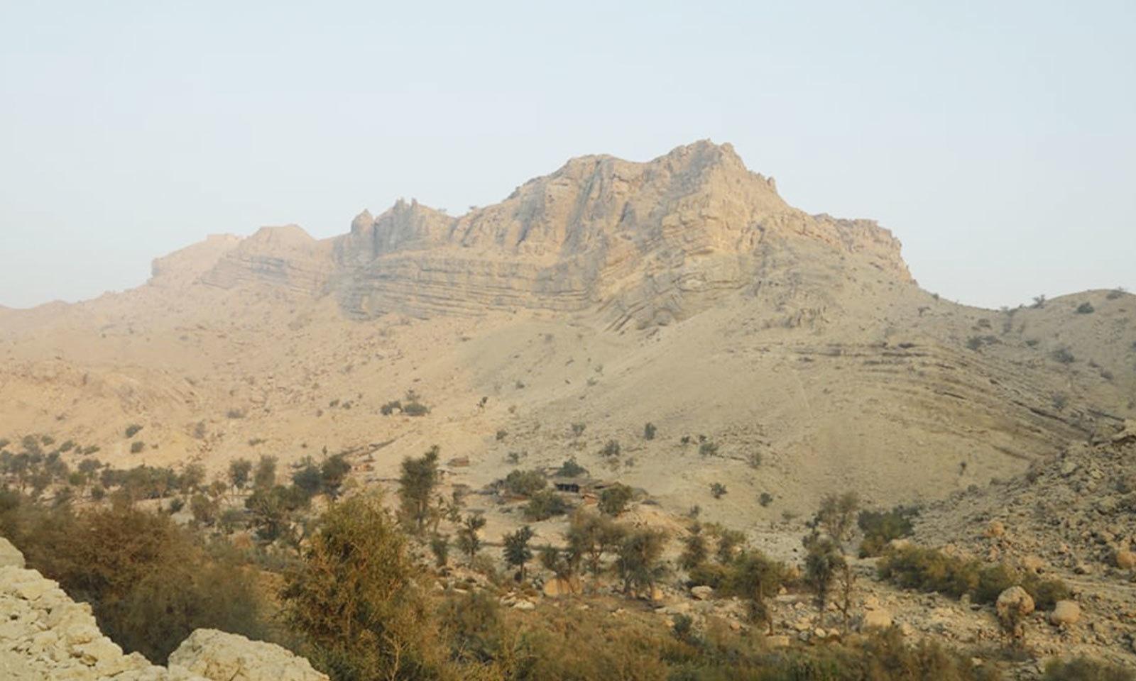 قلعے کے گرد بعض پہاڑوں کی بلندی 2 ہزار میٹر سے بھی زائد ہے—فوٹو: شفقت حسین
