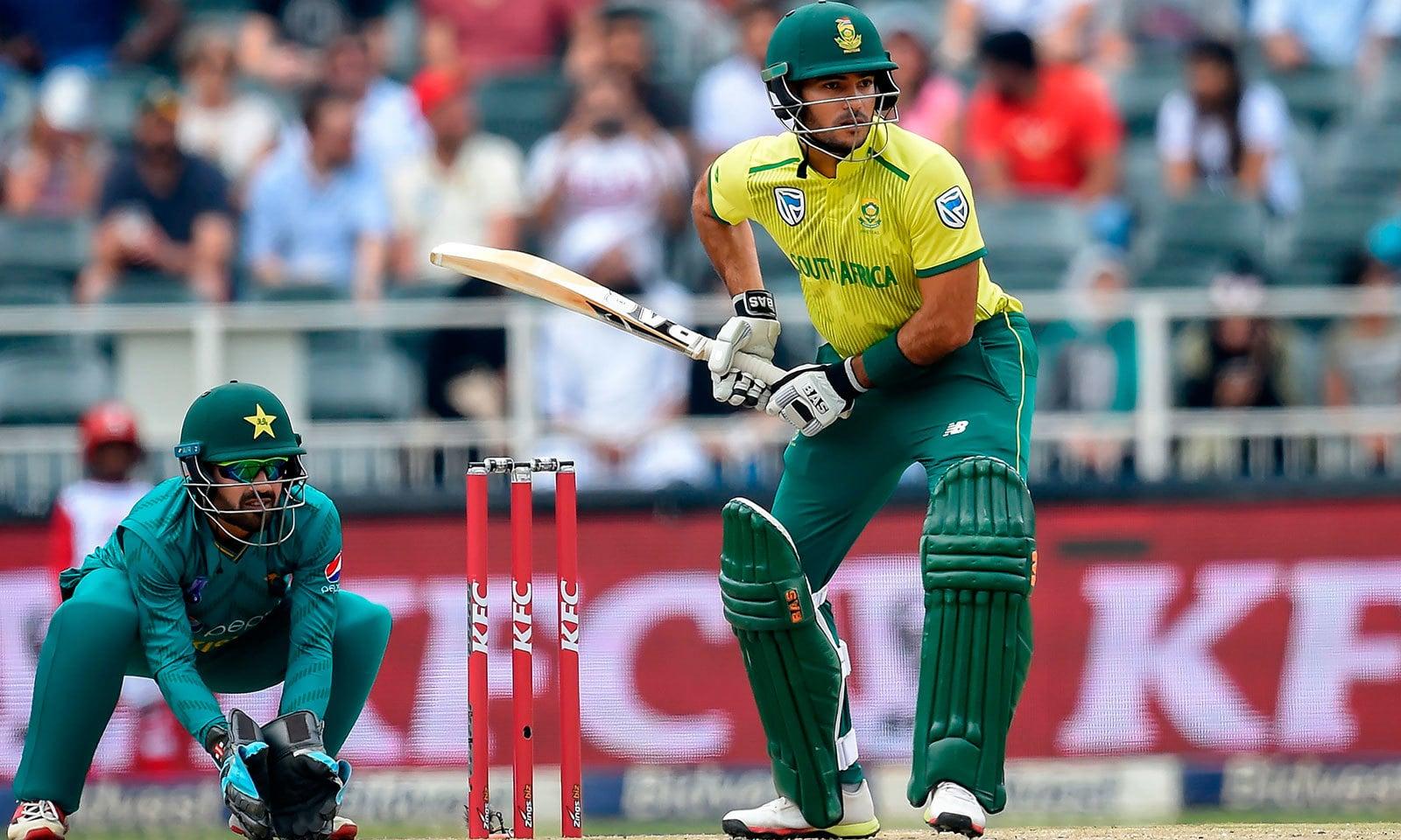 جنوبی افریقہ کے اوپنرز نے پہلی وکٹ میں 58 رنز بنائے جس میں ریزا ہینڈرکس کا حصہ 28 رنز کا تھا—فوٹو:اے ایف پی