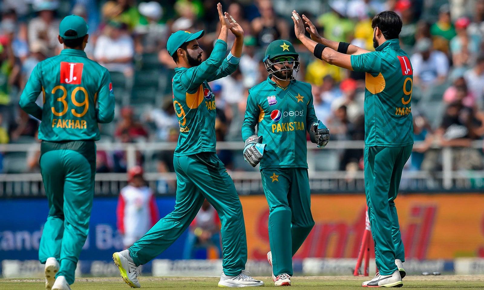 پاکستان کے لیے عماد وسیم نے ابتدائی وکٹ حاصل کی—فوٹو: اے ایف پی