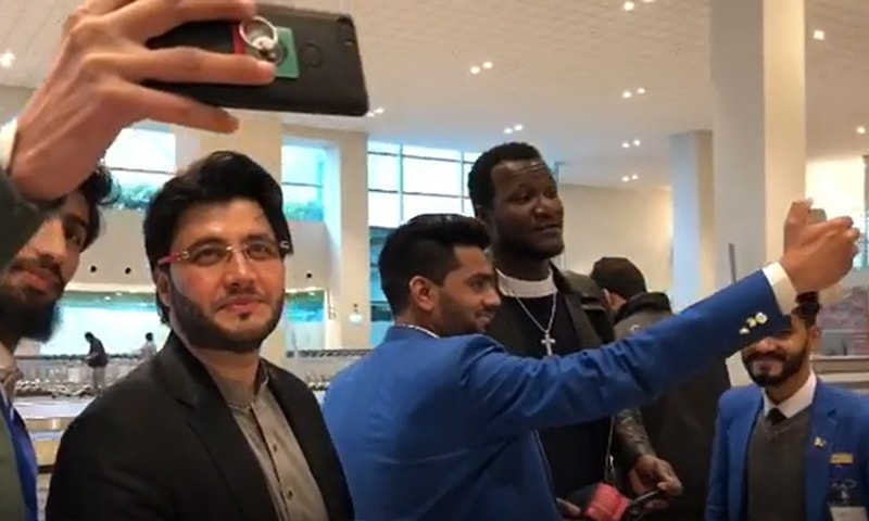 Zalmi skipper Darren Sammy arrives in Pakistan to overwhelming welcome from fans