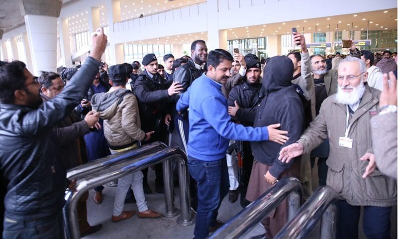 Peshawar Zalmi captain Darren Sammy arrives at IIA amid heavy security. — Photo by author