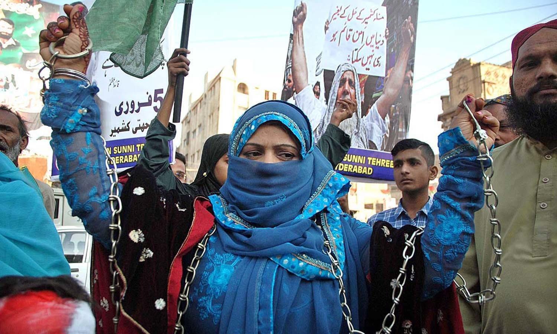 اسلام آباد کے ڈی چوک پر انسانی ہاتھوں کی زنجیر بنائی گئی اور ملک بھر میں ایک منٹ کی خاموشی اختیار کرکے کشمیری عوام کی قربانیوں کو خراج تحسین پیش کیا گیا — اے پی پی فوٹو