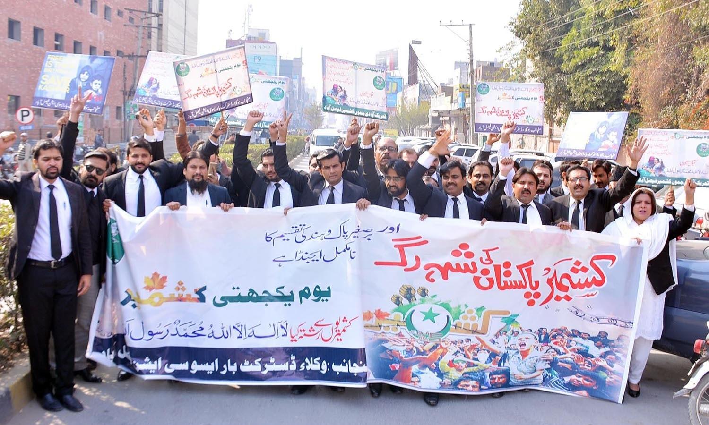 یاد رہے کہ پاکستانی 1990 سے 5 فروری کو اہل کشمیر کے ساتھ اظہارِ یکجہتی کے طور پر منارہے ہیں — اے پی پی فوٹو
