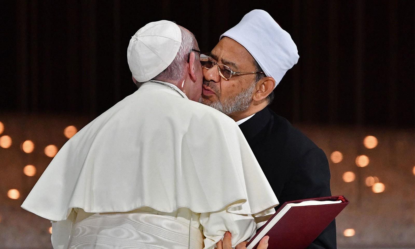 پوپ فرانسس نے ابو ظہبی میں قاہرہ کی جامعہ الازہر کے سربراہ شیخ احمد الطیب سے ملاقات کی — فوٹو: اے ایف پی