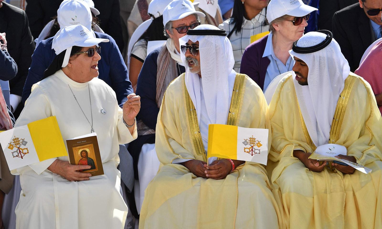 اماراتی وزیر برائے رواداری کیتھولک اجتماع میں ایک نن سے بات کررہے ہیں — فوٹو : اے ایف پی