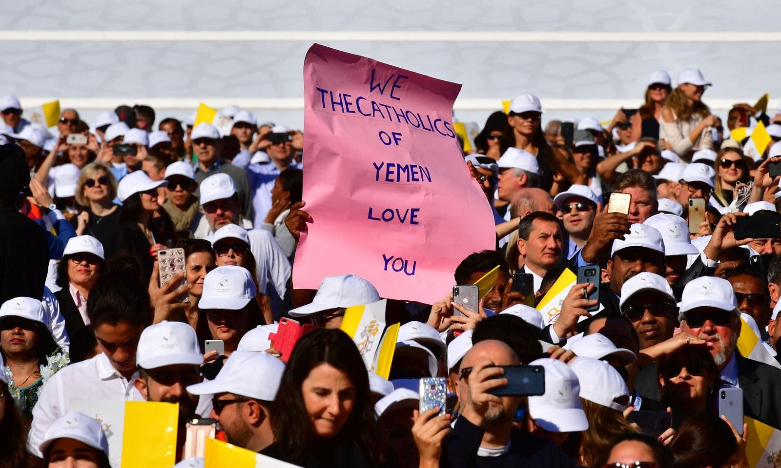 ہجوم میں شریک  کچھ افراد نے پوسٹر کارڈ کے ذریعے پوپ فرانسس کا استقبال کیا — فوٹو : اے ایف پی