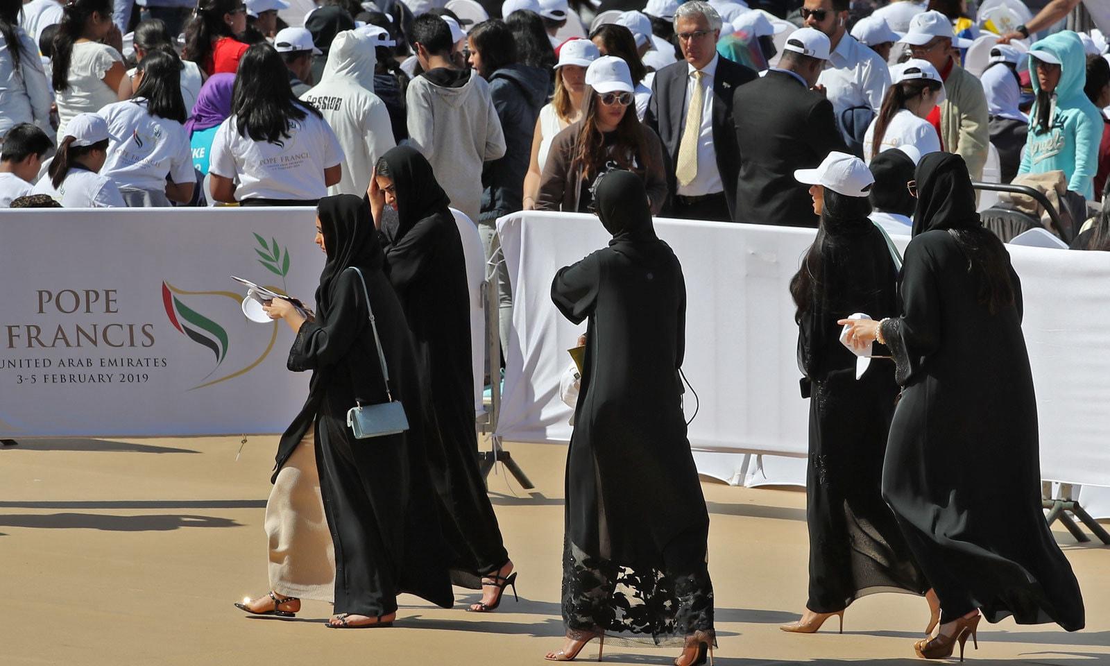 اماراتی خواتین کیتھولک اجتماع میں شرکت کے لیے زید اسپورٹس سٹی اسٹیڈیم آرہی ہیں — فوٹو: اے ایف پی