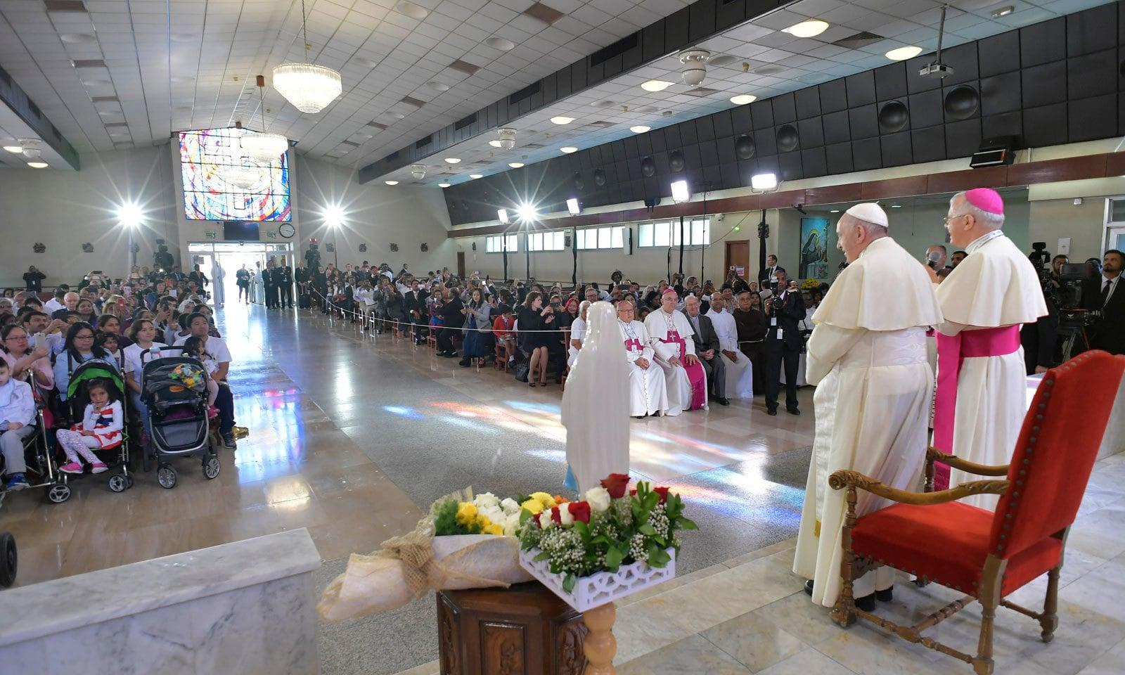 پوپ فرانسس نے سینٹ جوزف کیتھڈرل میں بھی  خطاب کیا — فوٹو : اے ایف پی