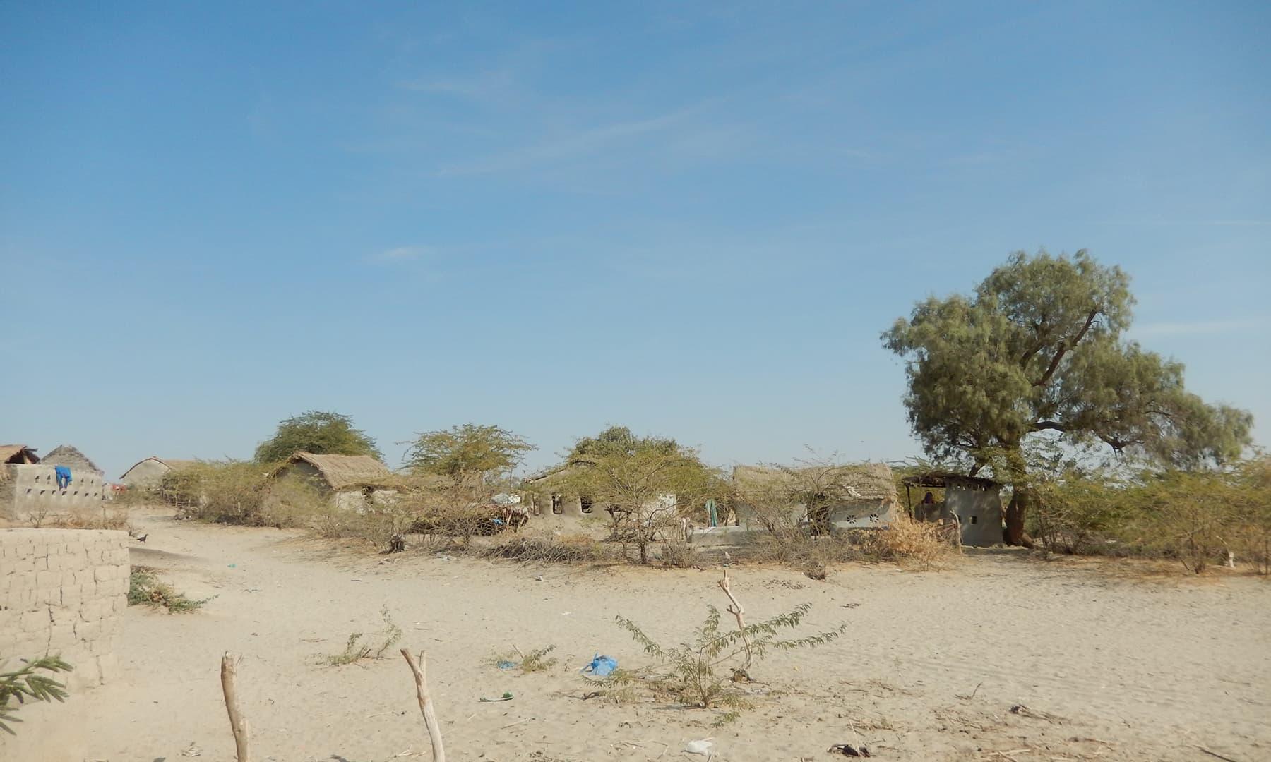 جھیل کے قریب واقع گاؤں—تصویر ابوبکر شیخ